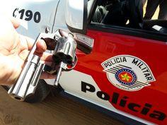 Equipe Bravo da PM prende um homem por tentativa de homicídio e porte ilegal de arma de fogo - A Polícia Militar de Botucatu prendeu na manhã deste domingo, 11, um homem acusado de ter disparado uma arma de fogo contra uma pessoa no distrito de Rubião Júnior. Segundo o relatório policial, por volta das 10 horas da manhã, o telefone 190 da PM recebeu um pedido de socorro, já que uma pessoa ha - http://acontecebotucatu.com.br/policia/equipe-bravo-da-pm-prende-um-homem-p