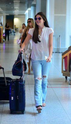Camila Queiroz usa look casual para viajar