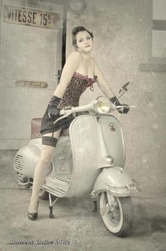 Pin-up Vespa - - Auto und Mädchen - Vespa Scooters, Motos Vespa, Piaggio Vespa, Lambretta Scooter, Motor Scooters, Vespa Motorcycle, Scooter Girl, Retro Scooter, Covet Fashion