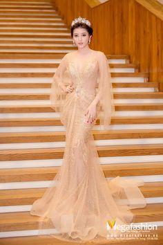 Váy đầm màu nude là một trong những tông màu yêu thích của các sao nữ