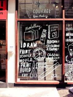 original escaparate que en vez de exponerte loa productos han pintado todo el cristal de exposicion poniendo lo que venden, con dibujos y palabras :) //
