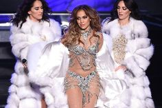 Mãe de #JenniferLopez rouba a cena dançando durante show da filha >> http://glo.bo/1T9dLbU