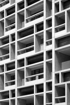 Mokuzai Kaikan / Tomohiko Yamanashi (Nikken Sekkei) + Takeyuki Katsuya (NSD) photo by Kazushige Sumi Architecture Design, Japanese Architecture, Facade Design, Contemporary Architecture, Exterior Design, Contemporary Apartment, Facade Pattern, Wood Cladding, Cladding Ideas