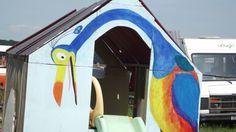 """Peinture sur cabane """"là haut""""."""