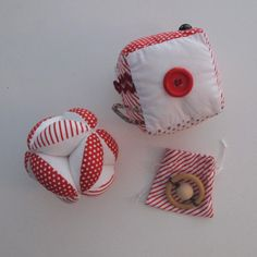Idée cadeau de naissance, inspiration Montessori : une balle de préhension + un cube éveil+ hochet et son sac en tissu : Jeux, peluches, doudous par lelouppointu