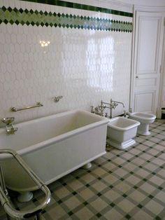 L'hôtel Camondo apparait très novateur dans sa conception de la salle de toilette. Il comporte en effet 3 très grandes salles de bains, caractérisées chacune par une couleur (une bleue pour le maître de maison, Moïse de Camondo, une verte pour son fils Nissim, une jaune qui ne fait pas partie du parcours de visite) et équipées chacune d'un lavabo en porcelaine, d'une baignoire, d'un lave-pieds (de forme carrée) et d'un bidet (de forme « Barbapapa » en grès émaillé.