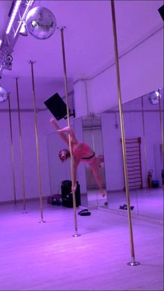 Advanced pole dance transitions