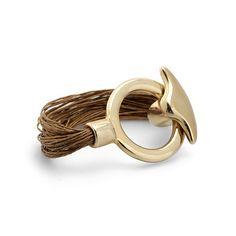 Pulsera Los Cabos | Pulsera de lino diseñada con varias tiras de cordón de lino y una pieza muy vistoza y elegante color dorado brillante que a la vez es un cierre T en forma de cola de ballena, encuéntrala en: www.marbcn.com