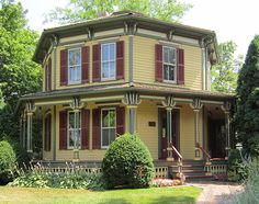 1860 octagonal house in Barrington IL has great paint job. Note the detail on all the brackets and trim. Interior of the house, oddly enough, has not one single octagonal corner or feature.