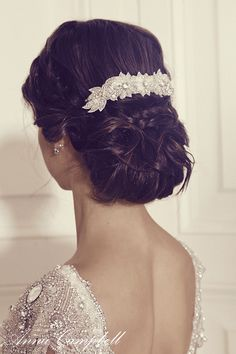 Amelia Comb 1 - Anna Campbell combs are a beautiful final addition to any bridal look, they can be softly interwoven and weaved into the hair or teamed with an Anna Campbell plain veil for your ceremony - which can later be removed leaving your beautiful comb as a feature for the remainder of the wedding.