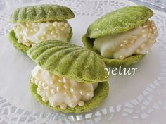 lovely yet ambiguous recipe for creme pat-filled shell-shaped biscuits made from pistachio pudding & ground peanuts (recipe translator) Peanut Recipes, Sweet Recipes, Cookie Recipes, Cute Food, Good Food, Pistachio Pudding, Food Decoration, Turkish Recipes, Food Humor