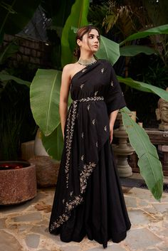 Indian Gowns Dresses, Indian Fashion Dresses, Indian Designer Outfits, Fashion Outfits, Women's Fashion, Stylish Dress Designs, Stylish Dresses, Indian Wedding Outfits, Indian Outfits