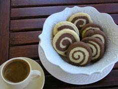 Και με αυτά τα τόσο χαριτωμένα δίχρωμα κουλουράκια τελειώνει το αφιέρωμα μου στα κουλουράκια. Ελπίζω να πήρατε μια καλή γεύση μια και ... Greek Desserts, Greek Recipes, Vegan Desserts, Cooking Time, Cooking Recipes, Biscuit Bar, Sweet And Salty, Homemade Cakes, My Coffee