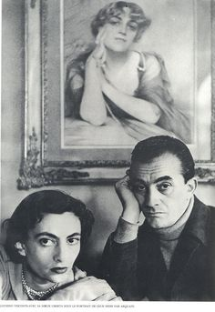 Luchino Visconti con su hermana y el retrato de su madre.