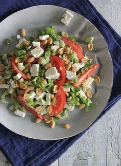 Andijvie salade  1 hand gesneden andijvie 50 gram feta 1 tomaat 1 bosuitje 2 eetlepels ongezouten pinda's halve sinaasappel 1 eetlepel (walnoot)olie 1 theelepel mosterd Caprese Salad, Cobb Salad, Fodmap, High Protein, Lunches, Salad Recipes, Low Carb, Dinner, Cooking