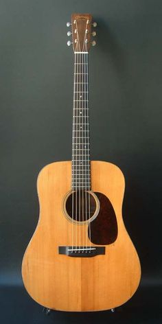 Martin D-18 (1936) : Pre-war Matin. Forward-shifted X scalloped bracing. Adirondack Spruce top, Honduras Mahogany back & sides.