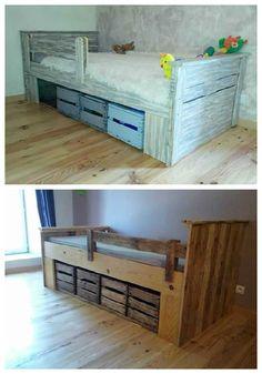 Bed made out of repurposed pallet wood and old wooden apple crates. Lit réalisé en bois de palette et avec …