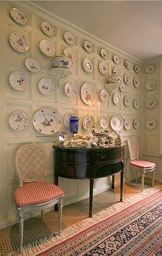 Ludwigsburg china at Nether Lypiatt Manor (a compact, neo-Classical manor house situated in the parish of Thrupp, near Stroud in Gloucestershire) is presented as a wall display in the dining room (whenit was owned by Prince and Princess Michael of Kent) Cousins, Plate Collage, Plates On Wall, Plate Wall, Cottage Interiors, Beautiful Interiors, Cottage Style, Entryway Tables, Sweet Home