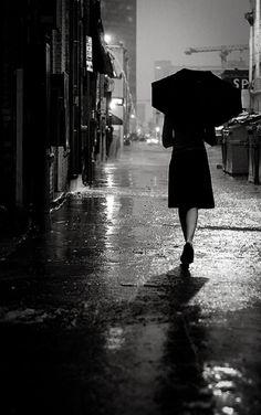 """Herkesin yıldızlar ve ışıklar altında el ele tutuştuğu, dans ettiği bir gecenin sabahı.. Aynı gecenin içinde bu karnavalın içinde gülümsemeye çalışan bir kadın.. Kalabalık yalnızlaştırıyor.. Yalnızlaştırıyor.. Yalnızlaştırıyor.. Kadın, zihniyle başbaşa kalıyor ve onunla konuşmaya başlıyor. İroniyle, bilincinin aktığı gibi.. Yalnızlığa doğru, gecenin öteki tarafına yolculuk başlıyor.. Kundera'nın dediği gibi: """"Bulunduğu yerden gitme isteği duyan insan mutsuz bir ..."""