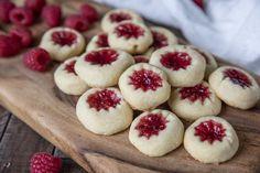 Hallongrottor är verkligen en favoritkaka! När jag... Cheesecake, Deserts, Cookies, Breakfast, Kaka, Food, Tips, Crack Crackers, Morning Coffee