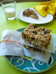 zucchini snack bars--no flour and no refined sugar. Healthy snack bars great for lunch boxes or even dessert!
