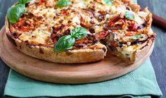 Ο επιτυχημένος συνδυασμός της μελιτζάνας με τη ντομάτα και τη φέτα δημιουργεί μια εξαιρετικής γεύσης τάρτα, ιδανική για τα καλοκαιρινά τραπέζια. Everyday Food, Pretzel Bites, Bruschetta, Feta, Salmon Burgers, Vegetable Pizza, Baked Potato, Food To Make, Food And Drink