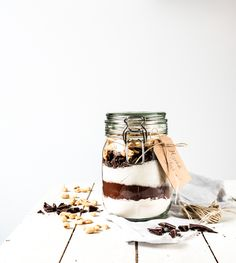 Brownie -ainekset lasipurkissa on ihana joululahja! Brownies In A Jar, Diy Christmas Gifts, Christmas Stuff, Christmas Ideas, Xmas, Jar Gifts, Baking Tips, Holidays And Events, New Recipes