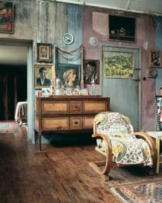 Charleston House, home of Vanessa Bell and Duncan Grant and meeting place of the Bloomsbury group. Decor, Interior Design, Furnishings, Interior, Charleston Homes, Bloomsbury Group, Bloomsbury, Home Decor, Room
