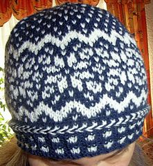 I'm in love with this new Norwegian star beanie in dark blue and white.