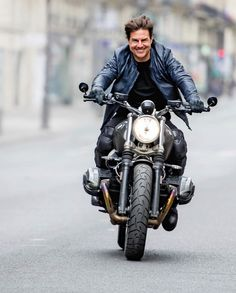 Tom Cruise sur une BMW R Nine T Scrambler | Paris 2017