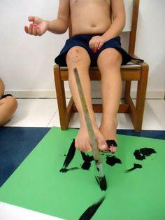 Pintura com os pés usando pincel.                                                                                                                                                                                 Mais