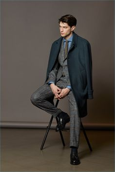 Boglioli looks to the Italian fashion capital of Milan for the inspiration behind its fall-winter 2017 men's collection. Gentleman Mode, Gentleman Style, Poses For Men, Male Poses, Look Fashion, Fashion Show, Mens Fashion, Fashion Styles, Men's Suits