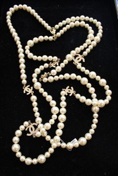 What is the best way to wear your pearl necklace. A pearl necklace is something that looks stunning with the right type of dress. Gems Jewelry, Pearl Jewelry, Jewelry Box, Pearl Necklace, Jewelry Accessories, Jewellery, Chanel Style Jacket, Chanel Paris, Chanel Chanel