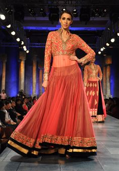 Exclusive Interview: Manish Malhotra Reveals His Favorite Bollywood Show Stopper! Manish Malhotra Lehenga, Lehenga Anarkali, Bollywood Lehenga, Anarkali Suits, Walima Dress, Mode Bollywood, Bollywood Fashion, Indian Attire, Vestidos