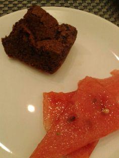 Trozito de bizcocho de chocolate + poco de sandía