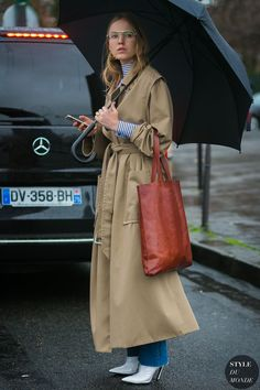 the trench and leather tote, Alexandra Carl by STYLEDUMONDE Street Style Fashion Photography