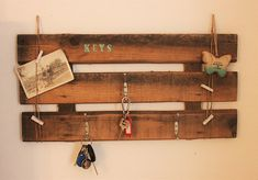 Sweet key board made from old wine crates of wood, With three hooks for your keys, On the side cords you can clip your photos or notes You get 4 brackets of course:-) Dimensions: Without photos Wine Rack, Diy, Home Decor, Crate, House, Decoration Home, Bricolage, Room Decor, Do It Yourself