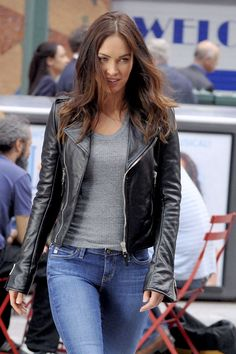 Dewuchi is Now Offering Megan Fox Black Jacket for Girls. This Black Synthetic Leather Jacket, to Give You a Classic and Unique Celebrity Look Worn by Megan Fox as April O'Neil in Movie Teenage Mutant Ninja Turtles: Out of the Shadows Megan Fox Body, Megan Fox Style, Megan Denise Fox, Megan Fox Outfits, Megan Fox Bikini, Fox Actress, Megan Fox Pictures, Leder Outfits, Sexy Jeans