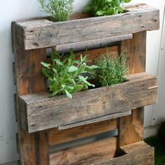 Transform an old pallet to a herb / flower rack! Step-by-step photos and instructions in English and in Finnish.