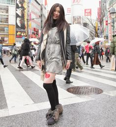 Woman uses legs to advertise with company in Japan