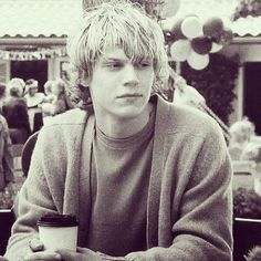 Evan Peters sooooo attractiveeeee