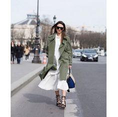 Pin for Later: 25 Büro-Outfits, die man auch nach Feierabend noch gerne trägt Ein Military-Parka über einem Kleid Um euren Look etwas lässiger erscheinen zu lassen, könnt ihr nach den Meetings einen coolen Parka über werfen.