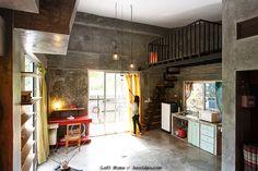 ภายในบ้านมีเพียงห้องเดียว แยกโซนต่างๆ เพื่อให้เกิดประโยชน์ใช้สอยมากที่สุด แบ่งเป็นโซนครัว มุมทำงาน พื้นที่นอนดูทีวี และใช้สำหรับนอนพักอาศัย บิลท์อินตู้เสื้อผ้าซึ่งทำมาจากปูน ส่วนชั้นลอยใช้สำหรับเป็นห้องนอน