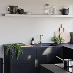 En varm gråbeige tone. Fargen er akkurat passe myk og lun på veggen. Fargen kan minne litt om Kalk, men den er noe mindre rødlig. Beautiful Kitchen Designs, Modern Kitchen Design, French Interior, Cafe Interior, Interior Design, Farmhouse Style Kitchen, Diy Kitchen, Artwork For Home, Cabinet Refacing