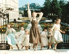 The Sound of Music - Publicity still of Julie Andrews & Charmian Carr Iconic Movies, Classic Movies, Good Movies, Christopher Plummer, Julie Andrews, My Fair Lady, Lauren Bacall, Will Turner, Bob Marley