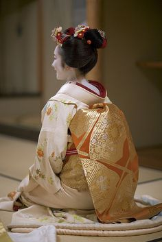 An unusual photo of a junior maiko with a senior maiko kanzashi. I am mildly confused by this.
