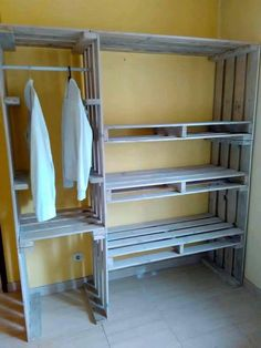 23 móveis feitos com paletes e estrados de cama para se inspirar Pallet Wardrobe, Pallet Closet, Wardrobe Storage, Wardrobe Closet, Room Closet, Small Wardrobe, Wardrobe Design, Bedroom Wardrobe, Master Closet