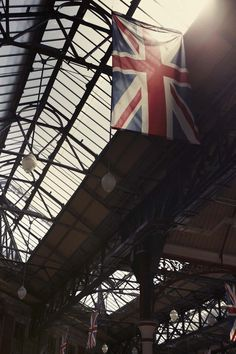 {Sunlight shines into Victoria Station, #London 21°C | 70°F #BurberryWeather}