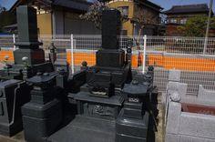 和型の墓石と外柵のAセット。親柱に乗っている灯籠も付きます。石塔は黒色の石で仕上げ、外柵は青みを持った石で仕上げ、花の彫刻を納骨室の扉に施しました。