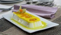 Pastel fresco de yogur con melocotones